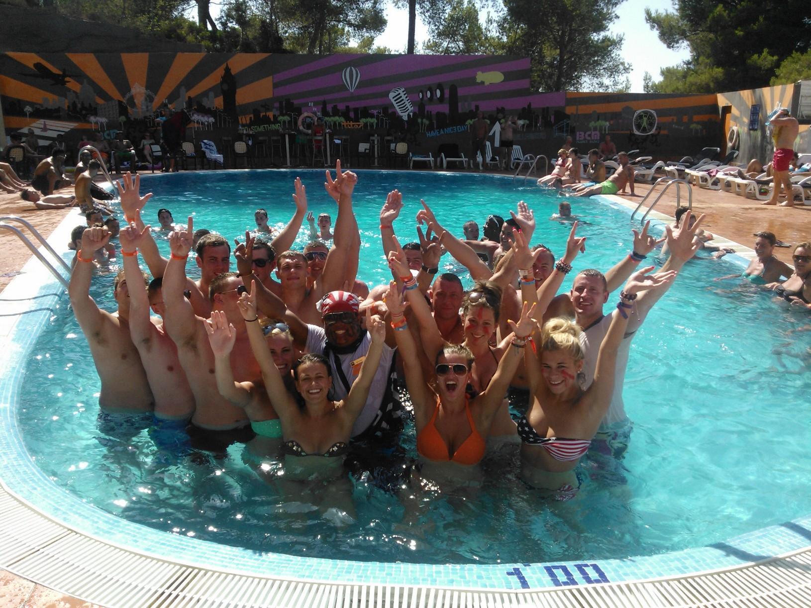 Hoteles j venes a thousand hotels - Fiesta de piscina ...